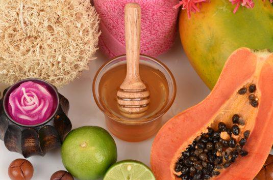 Máscara clareadora com neem, papaia, mel e hortelã pimenta